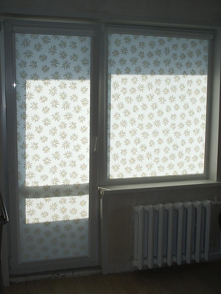 Жалюзи на балконную дверь с окном фото
